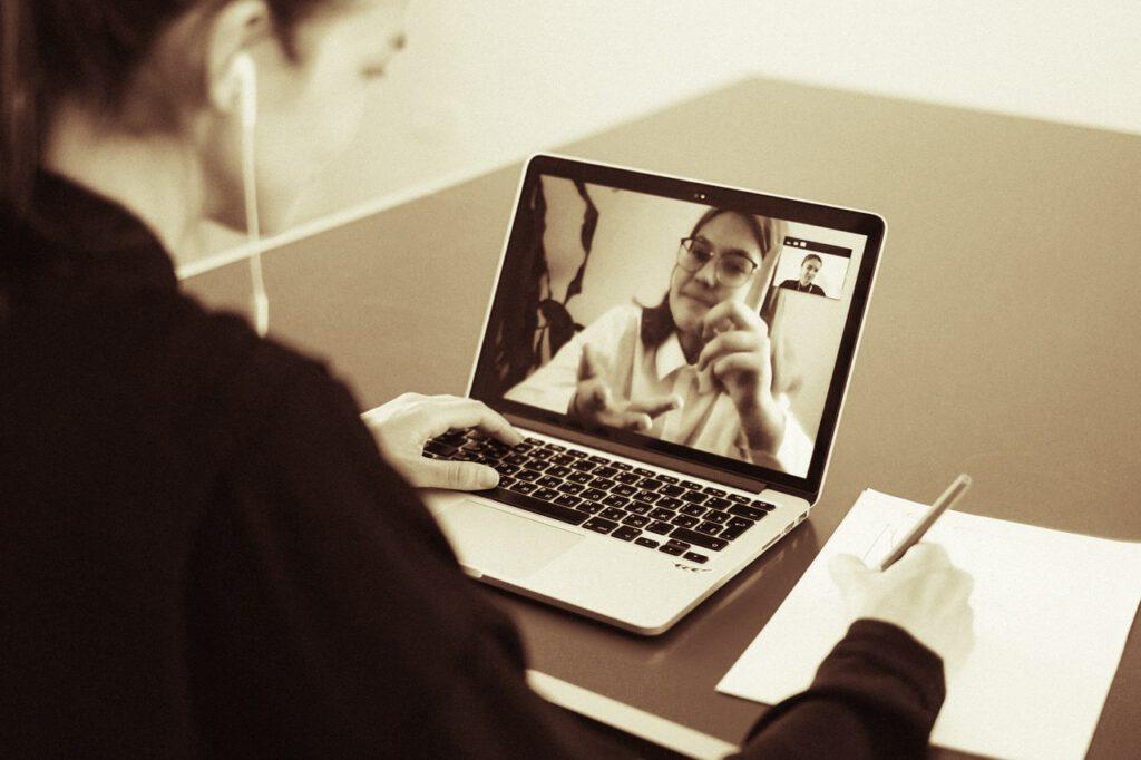Online Website-Beratung mit dem Laptop