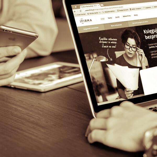 Websiten-Projekte und Entwurf am Laptop ansehen